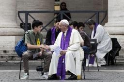 Paus tot tieners: 'Geluk is geen app'